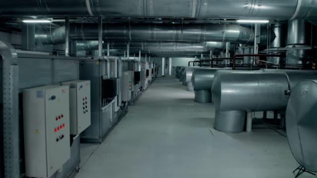 工場内の電気制御パイプシステム - エアコン点の映像素材/bロール