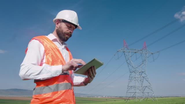 vídeos de stock, filmes e b-roll de engenheiro elétricos - equipamento elétrico equipamento industrial
