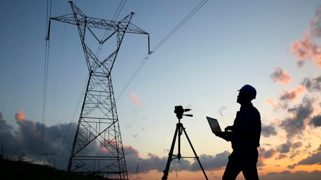 elektrisk ingenjör när du arbetar laptop - telefonledning bildbanksvideor och videomaterial från bakom kulisserna