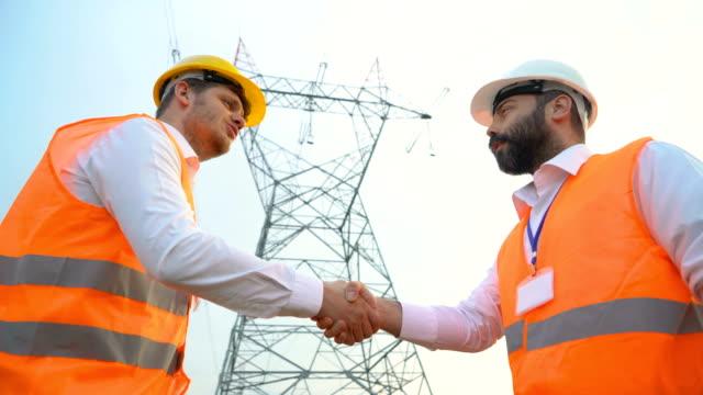 電気技術者の手を振って - 土木技師点の映像素材/bロール