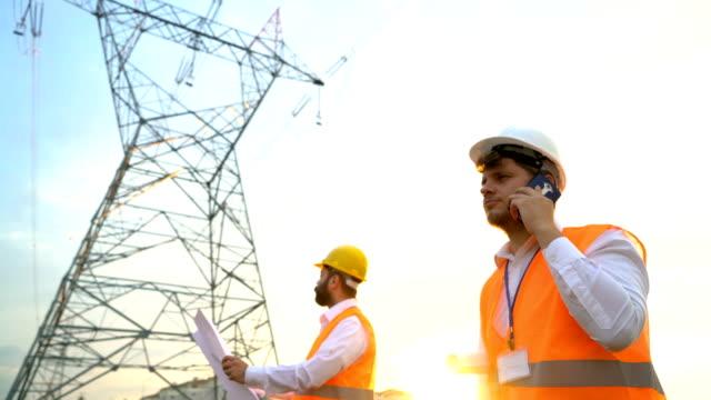 電気を扱うエンジニアは、プロジェクトを作業します。 - 土木技師点の映像素材/bロール