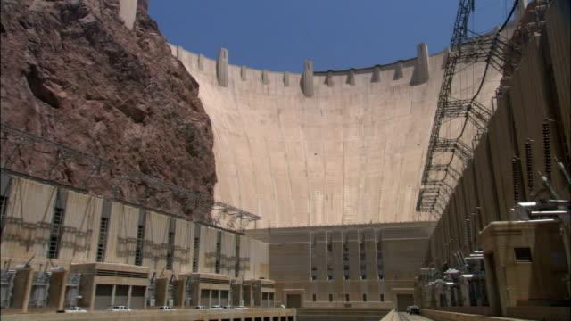 vídeos de stock, filmes e b-roll de electrical equipment flanks the colorado river at the hoover dam. - represa hoover