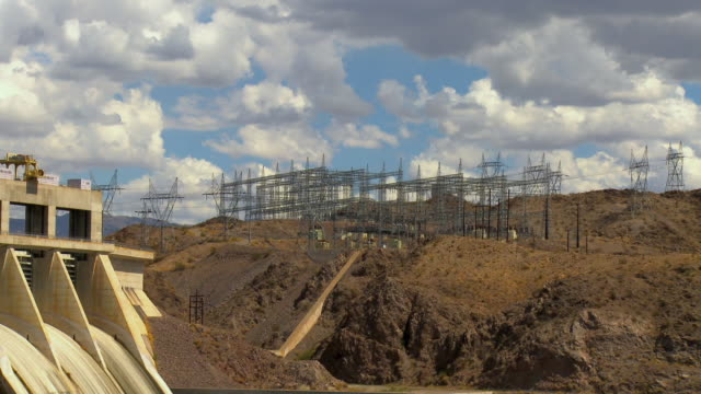 zo, ws, electrical grid towers of hydroelectric power plant and davis dam colorado river near laughlin, nevada, usa - energia idroelettrica video stock e b–roll