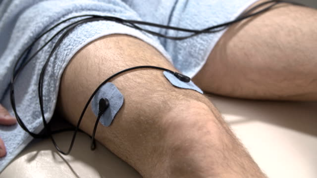 electrical muscle stimulation therapy - terapia alternativa video stock e b–roll