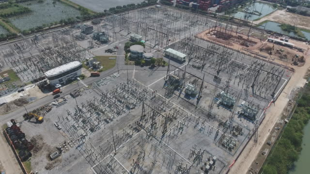 vídeos de stock e filmes b-roll de electrical substation, aerial view - alta voltagem