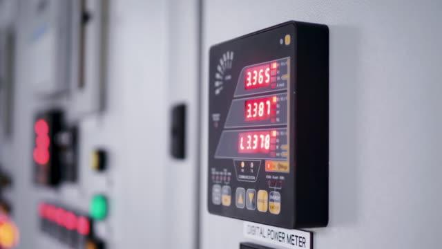 vidéos et rushes de panneau numérique de transformateur électrique. - mesurer