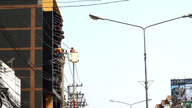 vidéos et rushes de électricien dans le panier - plateforme