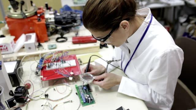 elektriker schweißen platine, panning shot - optisches gerät stock-videos und b-roll-filmmaterial