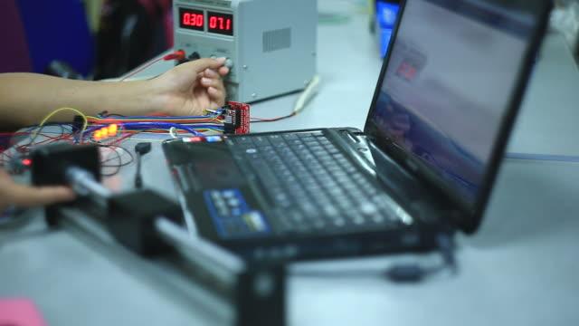 vídeos de stock, filmes e b-roll de eletricista funciona em equipamentos - placa mãe