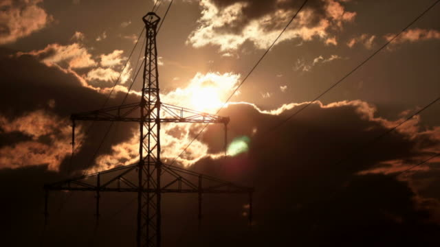 electricity pylon against cloudy sky time lapse (4:2:2@100 mb/s) - stimmungsvoller himmel stock videos & royalty-free footage