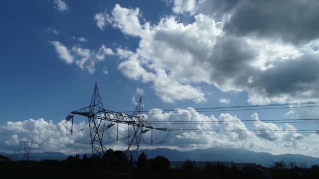 vídeos de stock, filmes e b-roll de vista aérea de postes de electricidade - alta voltagem