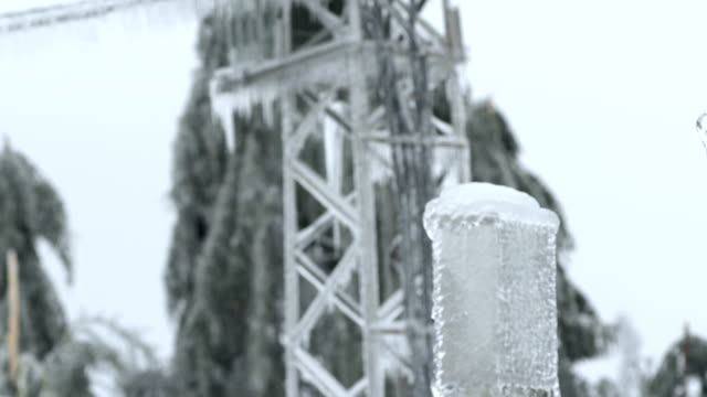 stockvideo's en b-roll-footage met electricity pylons encapsulated in glaze ice - stroomuitval