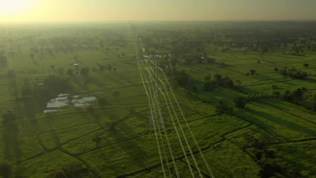 日の出の台車右の電気パイロン - 高電圧点の映像素材/bロール