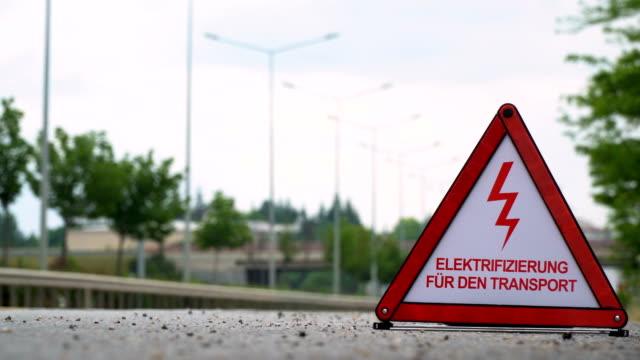 elektrifizierung für den transport (electrification for transport) - traffic sign - german - rücklicht stock-videos und b-roll-filmmaterial