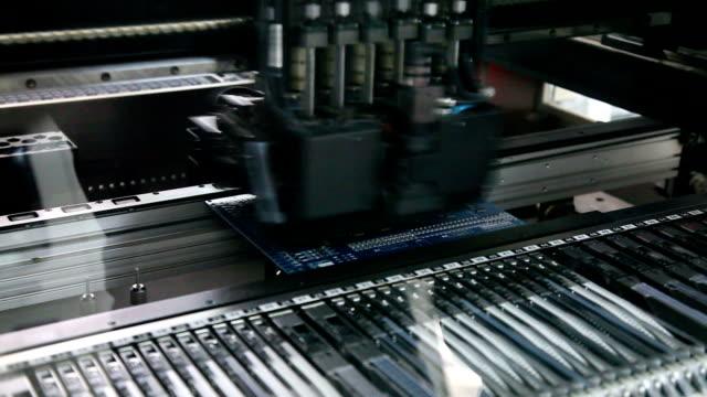 elektronikplatine, asander schaltung - schreibtafel stock-videos und b-roll-filmmaterial