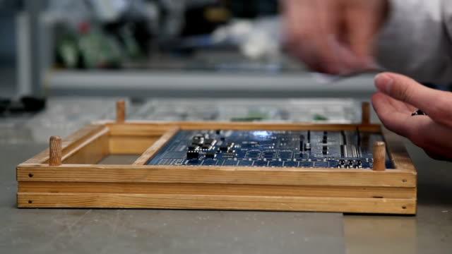 vídeos de stock e filmes b-roll de electronic circuit board, asander circuit - silício