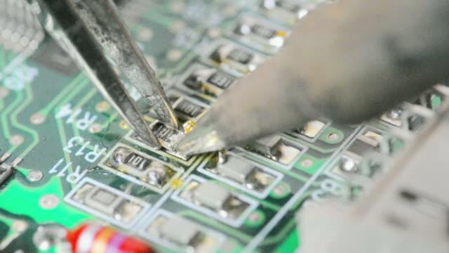 vídeos de stock e filmes b-roll de componentes electrónicos soldar - silício