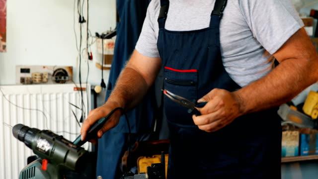 vídeos y material grabado en eventos de stock de ingeniero electrónico en el laboratorio - herramienta de mano