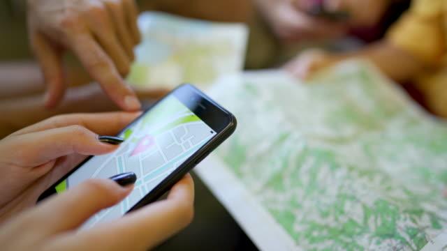 お使いの携帯電話上の電子地図 - 位置点の映像素材/bロール