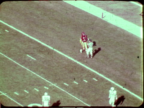 electronic scoreboard at rose bowl stadium / usc offensive play from scrimmage / trojan quarterback throws long pass to receiver who runs for... - カリフォルニア州 パサデナ点の映像素材/bロール