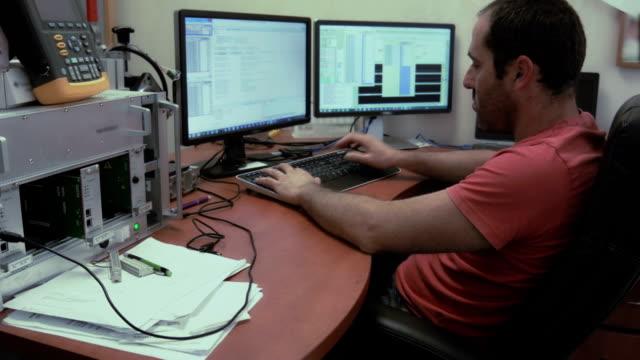 vídeos de stock e filmes b-roll de electronics engenheiro no trabalho - nerd