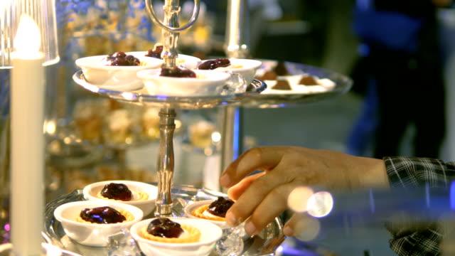 vidéos et rushes de buffet de desserts élégance - dessert