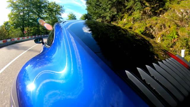 elegante und luxuriöse sportwagenfahren auf einer malerischen straße - sportwagen stock-videos und b-roll-filmmaterial