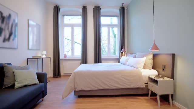 vidéos et rushes de chambre élégante et simple avec un lit king size - image dépouillée