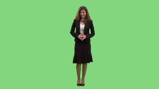 vídeos de stock e filmes b-roll de hd: elegante mulher de negócios - fundo verde