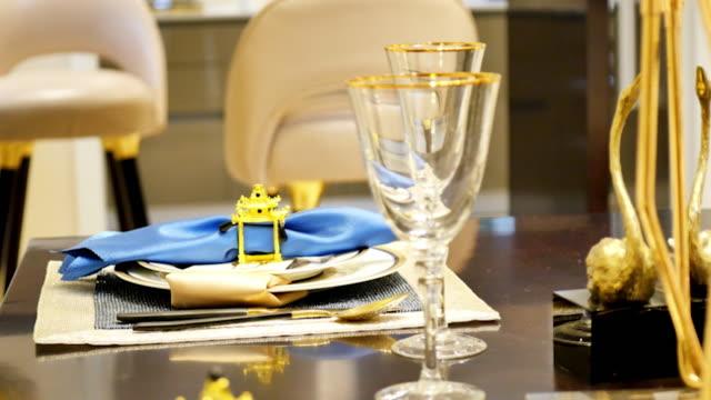 stockvideo's en b-roll-footage met elegante clip voor handdoek op plaat in moderne eetkamer - tafelmanieren