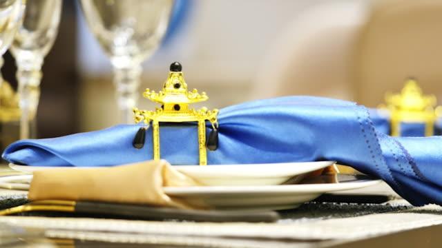モダンなダイニング ルームで皿の上のタオルのエレガントなクリップ - テーブルマナー点の映像素材/bロール