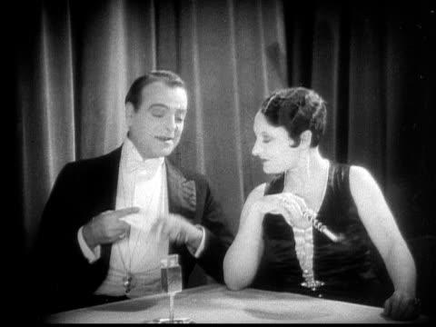 vídeos y material grabado en eventos de stock de cu, b&w, elegant couple at cafe table, 1920's  - boquilla producto relacionado con el tabaco