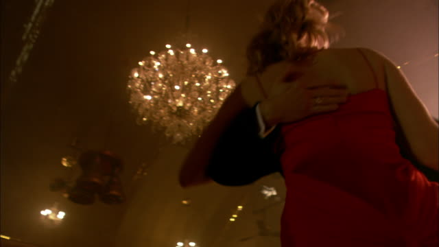 vídeos de stock, filmes e b-roll de ms, la, elegant couple dancing in ballroom, london, england - glamour