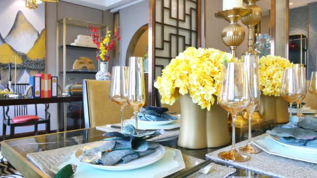 vídeos de stock, filmes e b-roll de vidro elegante e louças na mesa na sala de jantar moderna - sala de jantar