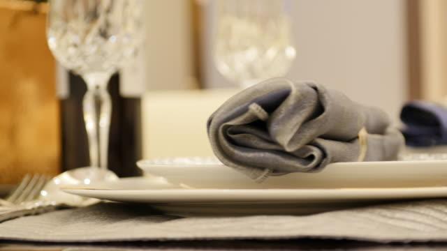 stockvideo's en b-roll-footage met elegante glazen en dineren handdoek op tafel in moderne eetkamer - tafelmanieren