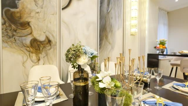 エレガントなガラス、モダンなダイニング ルームのテーブルでダイニング タオル - テーブルマナー点の映像素材/bロール