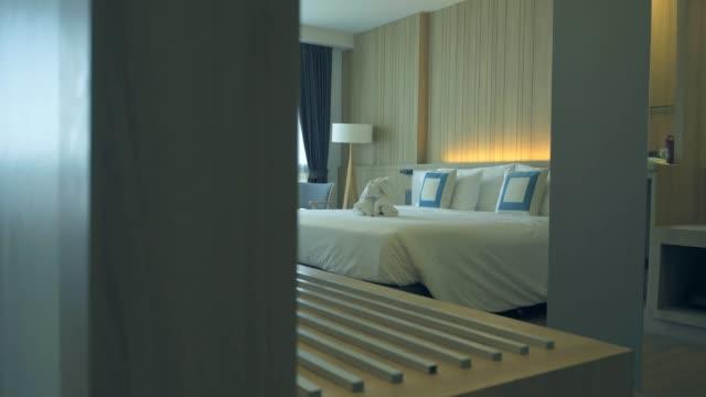 vidéos et rushes de chambre élégante d'hôtel - brightly lit