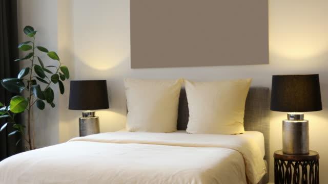 vidéos et rushes de chambre d'hôtel élégant - simplicité