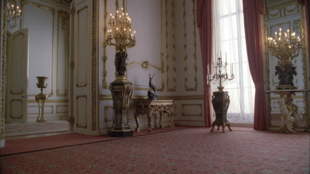 vídeos de stock, filmes e b-roll de ws elegant room with chandeliers in buckingham palace / london, england, united kingdom - palácio de buckingham