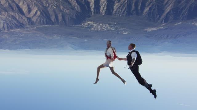 stockvideo's en b-roll-footage met elegant skydiving couple freestyle dancing - avondjurk