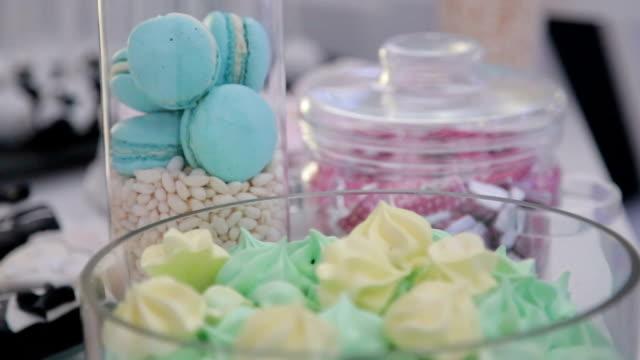 stockvideo's en b-roll-footage met elegante zoete tabel op viering evenement - nagerecht