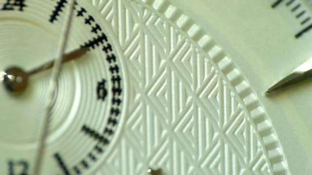 vídeos de stock e filmes b-roll de elegant timepiece showing second hand close up - ponte com armação cantilever