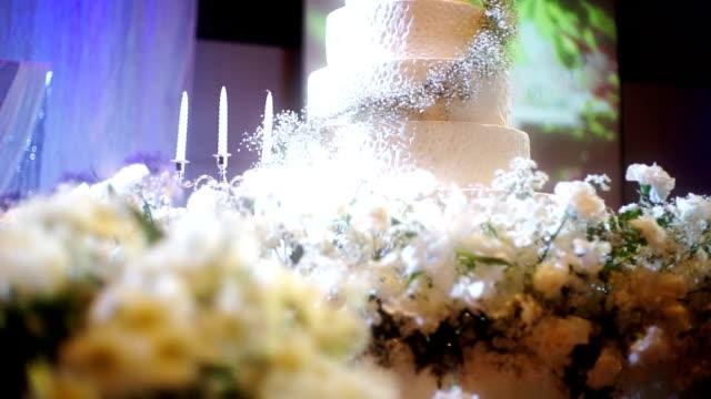 vídeos de stock, filmes e b-roll de bolo de casamento elegante decorado com flores frescas. - bolo