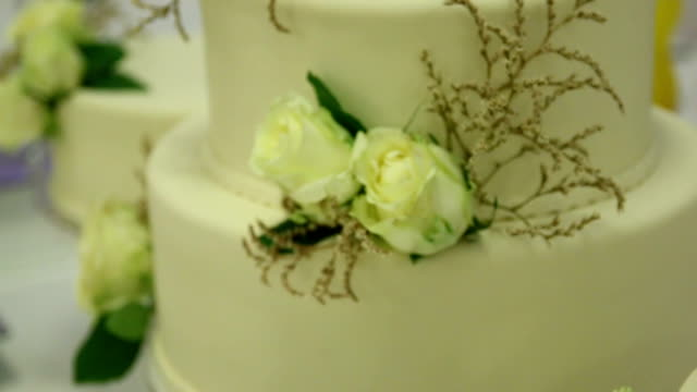 elegant wedding cake with flowers - food styling stock videos & royalty-free footage