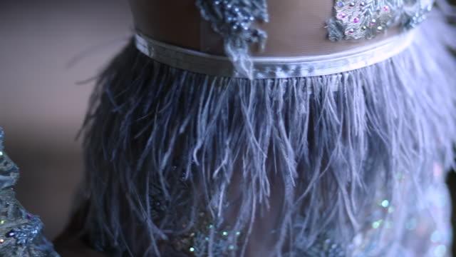 vídeos de stock, filmes e b-roll de mulher elegante de vestido em prédio abandonado - glamour