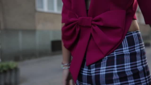 elegante dame in karierten hosen - bluse stock-videos und b-roll-filmmaterial