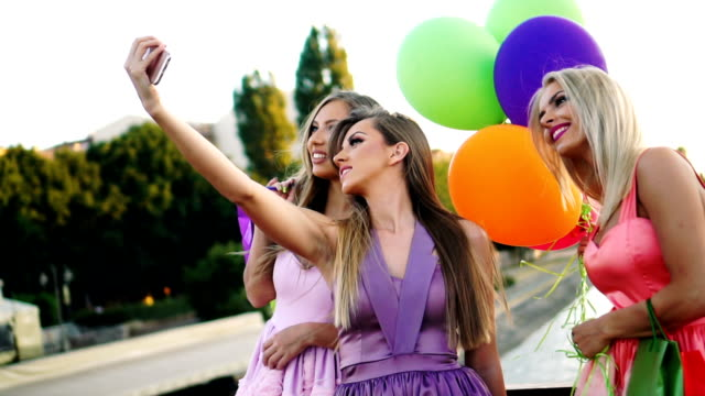 Eleganta kvinnor tar selfie
