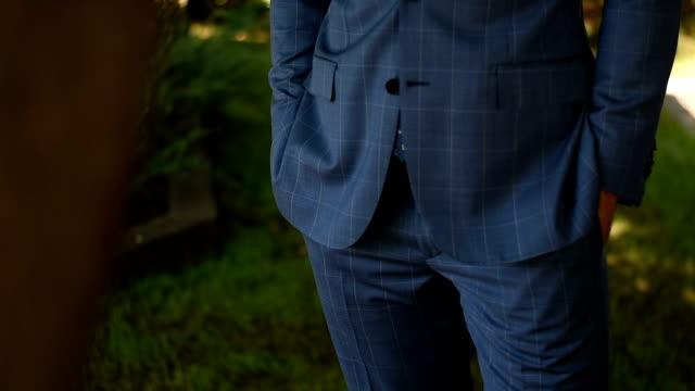 vidéos et rushes de jeune homme élégant smoking - cravate