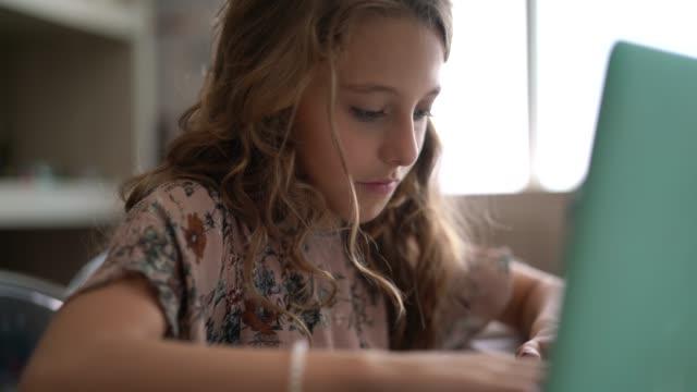 vídeos de stock e filmes b-roll de elementary age girl doing homework - estudar