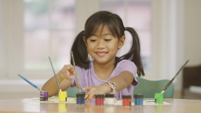 小學歲女孩做藝術和手工藝而在家自學 - 藝術和手工藝 個影片檔及 b 捲影像